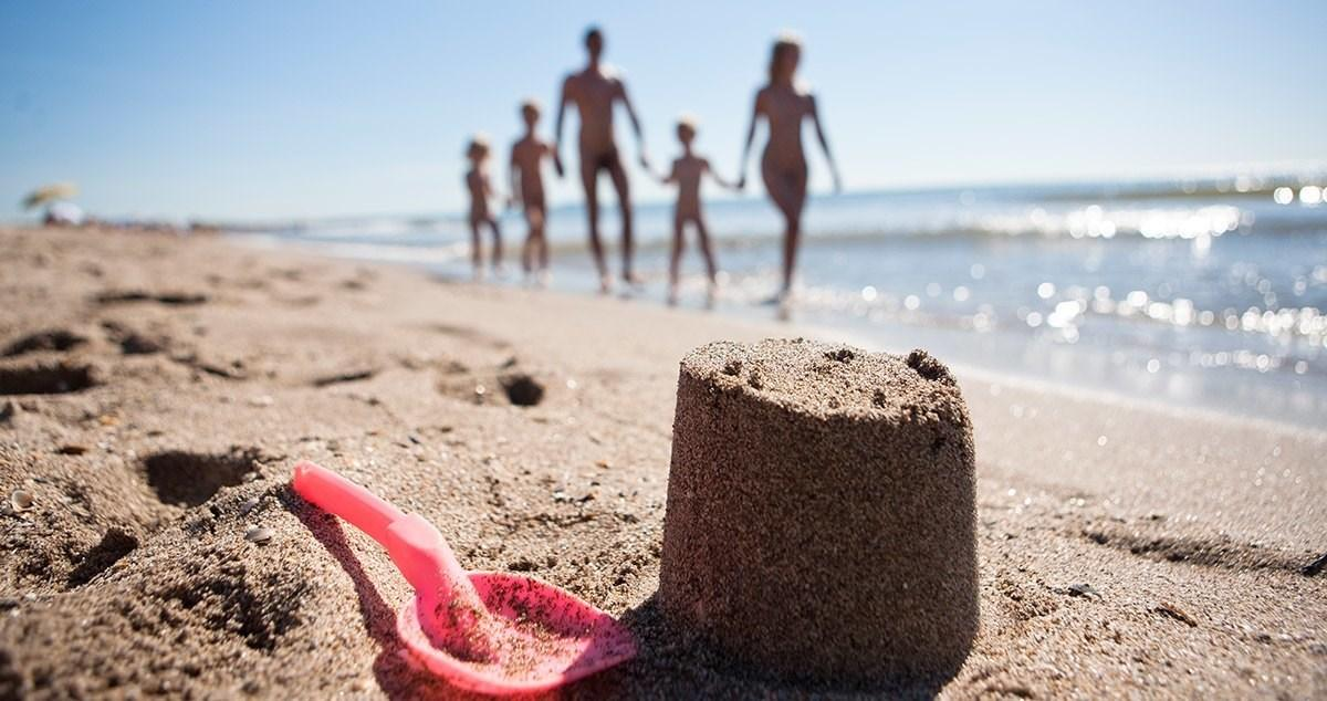 Nackt und angezogen am strand